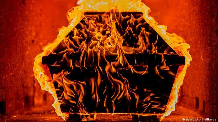 کرونا به حضور مرگ در زندگی بشر قوت بیشتری بخشیده است. فرهنگ خاکسپاری در سالهای اخیر بخصوص در کشورهای غربی دستخوش تغییراتی شده است. برای نمونه در آلمان بیش از ۷۳ درصد از درگذشتگان وصیت کردهاند بجای دفن در قبرستان، سوزانده شوند.