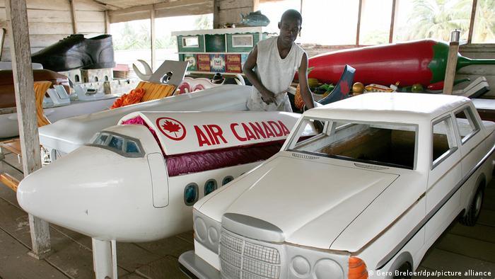 تابوتهای تابوتساز غنایی به شکل اتومبیل یا هواپیمای ایر کانادا