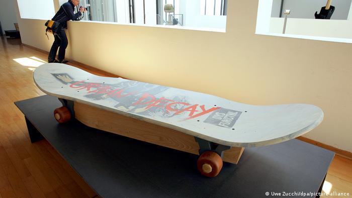 هنرمندان همواره نگاهی هنری به پدیده مرگ و خاکسپاری داشتهاند. سالها پیش موزه شهر کاسل نمایشگاهی با عنوان تابوتهای عجیب و غریب انگلیس برگزار کرد. (عکس: تابوتی به شکل اسکیت در نمایشگاه کاسل سال ۲۰۰۵)