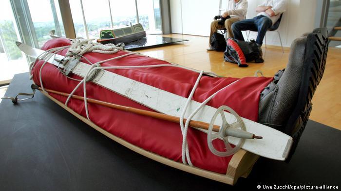 در نمایشگاه تابوتهای عجیب و غریب انگلیس که در سال ۲۰۰۵ در موزه شهر کاسل برگزار شد در مجموع ۱۶ تابوت به نمایش درآمدند. (عکس: تابوتی به شکل سورتمه)