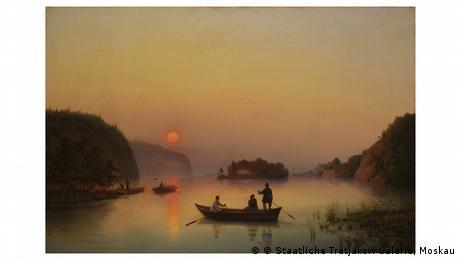 Ein Ruderboot mit drei Personen befindet sich in romantischem Abendlicht mit untergehender Sonne auf einem See.