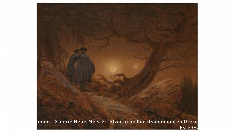 Ein Gemälde von Caspar David Friedrich zeigt zwei Männer in Rückenansicht, die in einer kargen Landschaft den Mond betrachten.