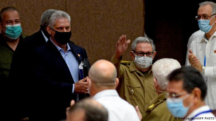 Новый глава Компартии Кубы Мигель Диас-Канель и его предшественник Рауль Кастро