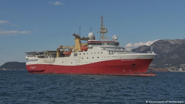 Montenegro Boot, das nach dem Öl in der Adria sucht