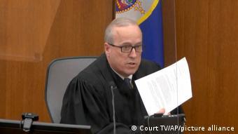 Ο πρόεδρος του δικαστηρίου δίνει στους ενόρκους εχειρίδιο 14 σελίδων με διαδικαστικές οδηγίες