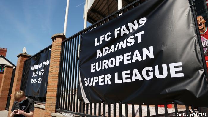 Плакати уболівальників Ліверпуля проти Суперліги біля клубного стадіону