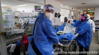Врачи-реаниматологи с больным в одной из клиник Буэноса-Айреса
