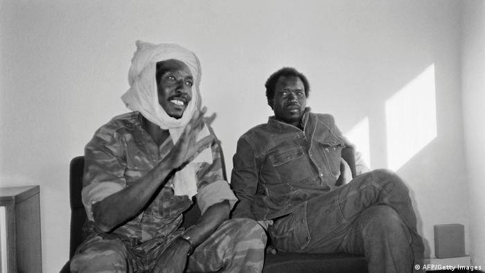 Idriss Debyin Militärkleidung mit einem Turban auf dem Kopf