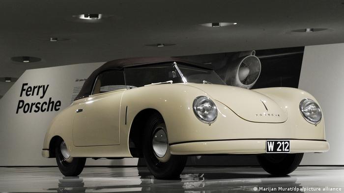 Именно Фери Порше конструира първия спортен автомобил на фирмата – легендарния Порше 356, който е произвеждан от 1948 до 1965 година. Пред този модел позират баща и син Порше на предишната снимка.