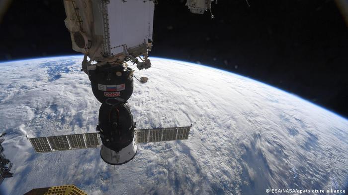 Капсула Союз возвращается с космической станции на Землю