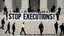 Police officers gather to remove activists during an anti death penalty protest in front of the US Supreme Court January 17, 2017 in Washington, DC. / AFP / Brendan Smialowski (Photo credit should read BRENDAN SMIALOWSKI/AFP via Getty Images)