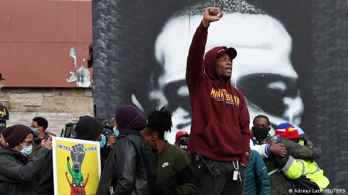 Jovem com punho erguido comemora em meio a outros ao veredito do julgamento de Derek Chauvin, o policial acusado pelo homicídio do afro-americano George Floyd, considerado culpado em três acusações de homicídio não intencional, após o julgamento considerado como o mais importante envolvendo um caso de violência policial nos EUA nos últimos tempos. A morte de Floyd desencadeou uma série de protestos em todo o país e se tornou o símbolo da luta contra o racismo. (20/04)