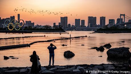 Za tri mjeseca bi u Tokiju trebale početi olimpijske igre. Na to već od prosinca u zaljevu japanskoga glavnoga grada podsjećaju divovski olimpijski prstenovi. Ali, zbog porasta broja novih infekcija koronavirusom rastu i sumnje u održavanje igara. Ipak, organizatori isključuju mogućnost otkazivanja nakon što su igre Tokio 2020 prošle godine pomaknute na ovu 2021. godinu.