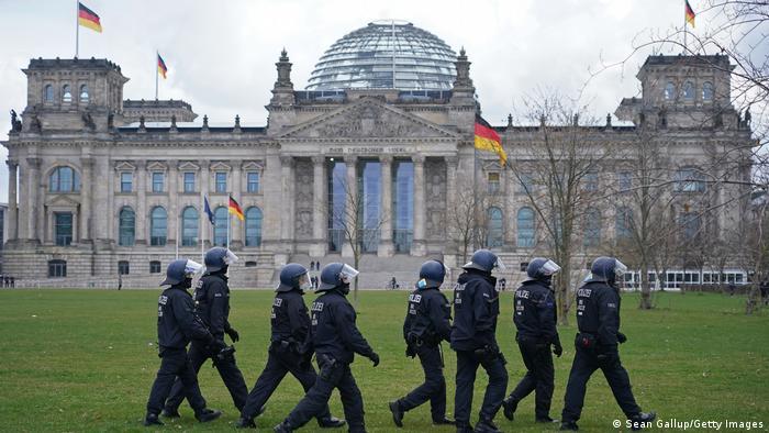 Deutschland Berlin   Bundesnotbremse, Tag der Verabschiedung   Reichstag, Polizei