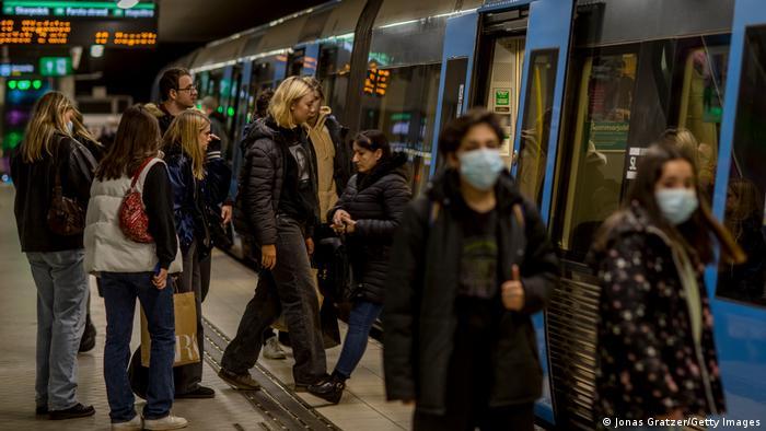 Fahrgäste mit und ohne Maske in der Stockholmer U-Bahn