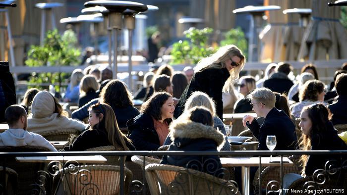 Schweden Stockholm | Coronavirus | Menschen im Restaurant
