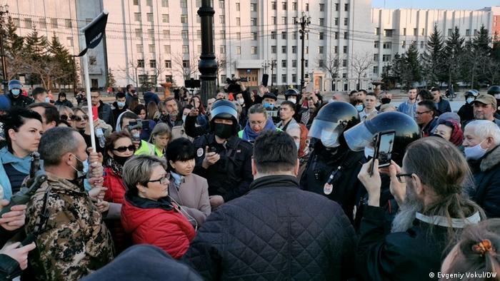 В Хабаровске центр города был заполнены грузовиками с ОМОНом. Даже обычные полицейские вышли в шлемах и бронежилетах.Основным местом митинга стала площадь Ленина. В назначенное время люди рассредоточились по площади и гуляли небольшими группами. Люди скандировали Врача к Навальному!, Свободу Фургалу!. Полиция задержала трех митингующих.