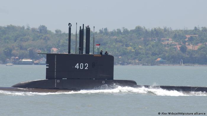 El KRI Nanggala-402, fabricado en Alemania en 1979, desapareció mientras realizaba ejercicios militares con torpedos a una profundidad de unos 700 metros. Indonesia desplegó barcos para la búsqueda y pidió ayuda a Singapur y Australia, que tienen embarcaciones submarinas de rescate. Indonesia tiene actualmente una flota de cinco submarinos y planea operar al menos ocho para 2024 (21.04.2021).