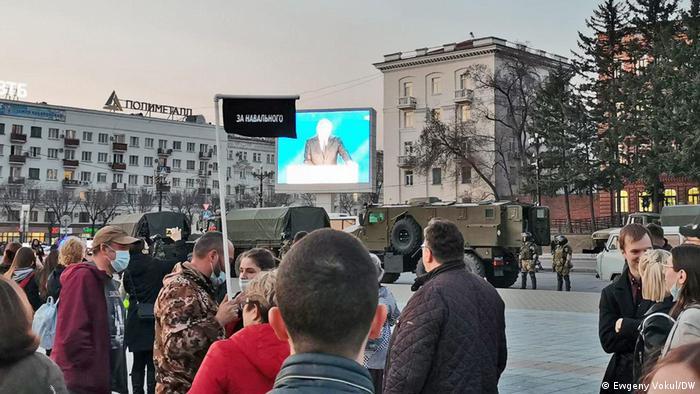 Protest w Chabarowsku przeciwko uwięzieniu Nawalnego (21.04.2021). W tle transmisja przemówienia Putina