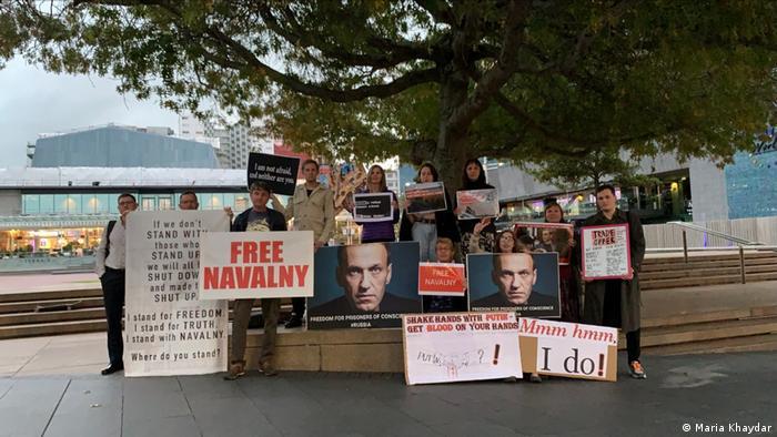 В новозеландском Окленде на акцию солидарности вышло небывалое количество русскоговорящих людей по меркам этой страны - около 35 человек. В субботу в стране планируются новые митинги в поддержку Навального.