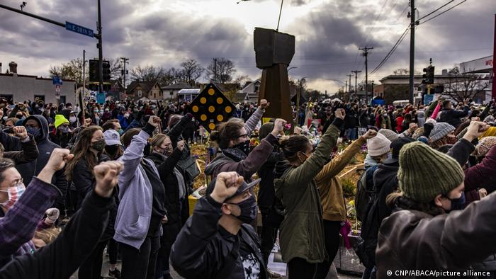 Stotine aktivista pokreta Black Lives matter se okupilo pred zgradom suda u Minneapolisu
