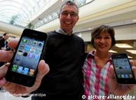 """6月24日,""""iPhone 4"""" 登陆德国市场,图片为汉堡的两位苹果迷手持新买的""""iPhone 4"""""""
