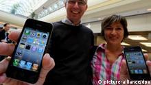 Ulf und Anja halten am Donnerstag (24.06.2010) in Hamburg vor einem Appll-Store ihre neuen iphone 4 in der Hand. Sie warteten seit 5:30 Uhr vor dem Geschäft. Das iphone der vierten Generation ist seit Donnerstag (24.06.2010) in Deutschland im Handel. Foto: Angelika Warmuth dpa/lno