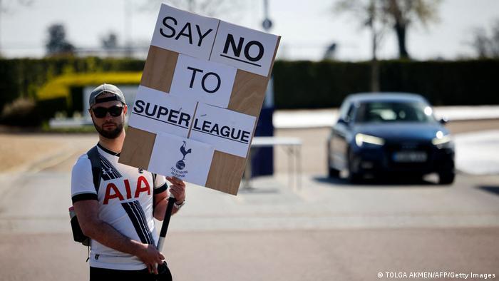 Homem com cartaz em inglês Diga não à Super Liga