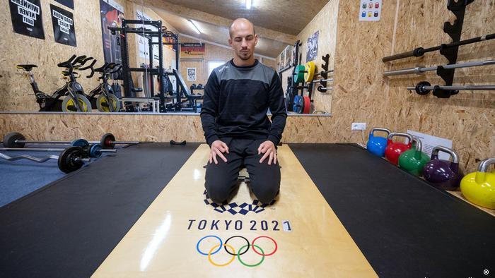 Frank Stäbler meditating in a training gym