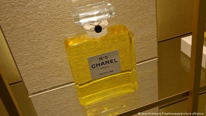 Priča se da je omiljeni broj Koko Šanel bio broj 5. I da je odabrala uzorak parfema broj pet. A kada se legendarni parfem pojavio na tržištu? Naravno, 5.5. pre tačno sto godina.
