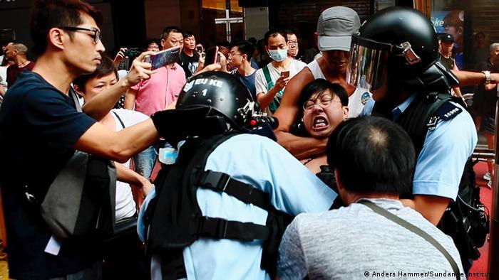 恐惧弥漫:纪录片里,香港抗议者一场景