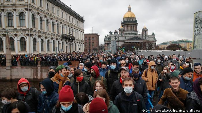 В Петербурге участники марша прошли по центру города. К концу акции на Сенной площади полиция начала задерживать ее участников. Очевидцы сообщают, что полицейские активно использовали электрошокеры. По данным ОВД-Инфо, в Северной столице задержали 351 человека.