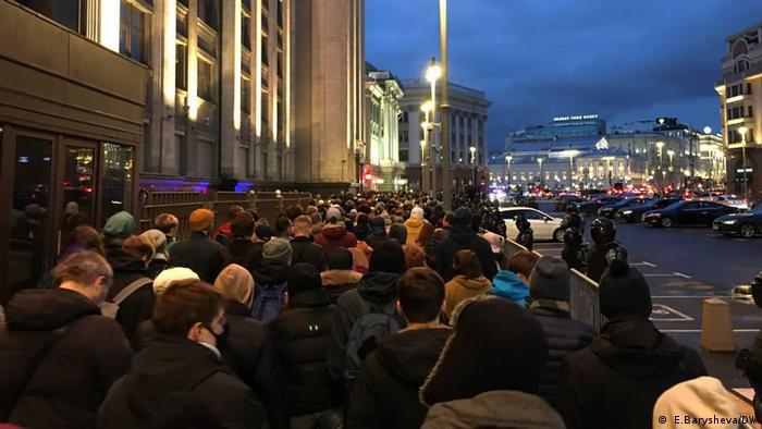 По оценкам МВД,вМоскве вакции протеста участвовали около 6 тысяч человек, вСанкт-Петербурге -около 4,5 тысяч. Директор ФБК Иван Жданов предлагает умножить эту оценку на 10.