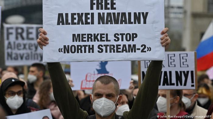 Участники акции в поддержку Алексея Навального в Берлине держат плакаты, апрель 2021 года