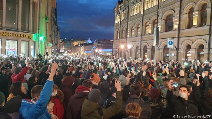 Протестующие с фонариками во время акции в поддержку Алексея Навального в Москве