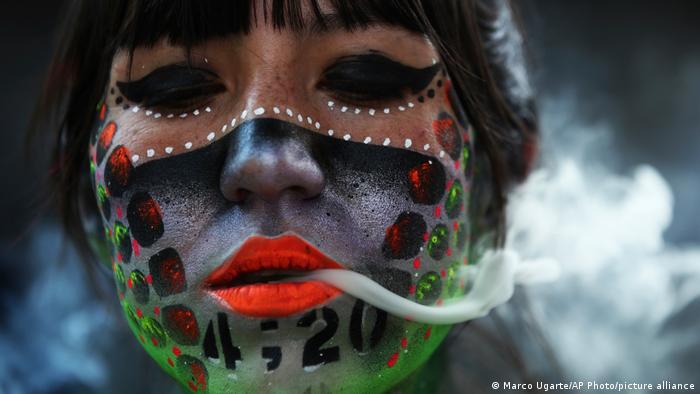 """Ana Mendez Kastenjeda jedna je od učesnica protesta """"Fumaton 420"""" za legalizaciju kanabisa koji je održan ispred zgrade Senata u Meksiko Sitiju."""