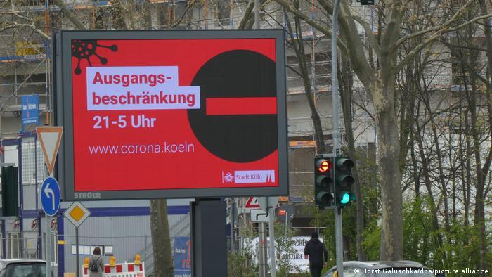 Deutschland Coronavirus l Nächtliche Ausgangssperre in Köln, Warnschild