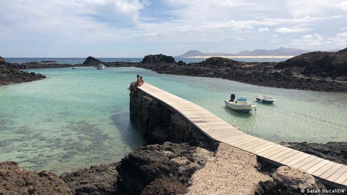 El agua azul turquesa de la Isla del Lopos frente a la costa de Coralejo en la isla de Fordventura