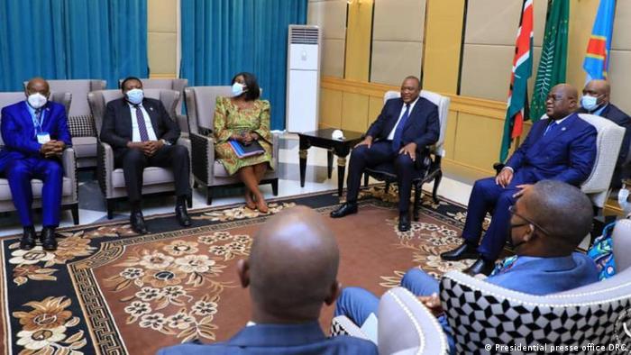 Rais Kenyatta na mwenyeji wake Felix Tshisekedi pamoja na wajumbe wao wakati wa ziara ya kitaifa ya Kenyatta mjini Kinshasa Aprili 21, 2021.