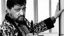 Filmemacher Rainer Werner Fassbinder in einer Filmszene seines letzten Films 'Kamikaze 1989' auf einem Archivbild aus dem Jahre 1982. Der Kuenstler starb vor 20 Jahren am 10. Juni 1982 in Muenchen im Alter von nur 37 Jahren. (AP Photo/Filmverlag der Autoren, Handout) ** NUR SW**