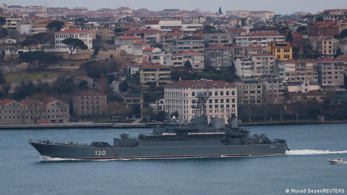 Navă militară rusă în Strâmtoarea Bosfor, la Istanbul