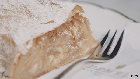Ein Teller mit einem Stück Apfelstrudel