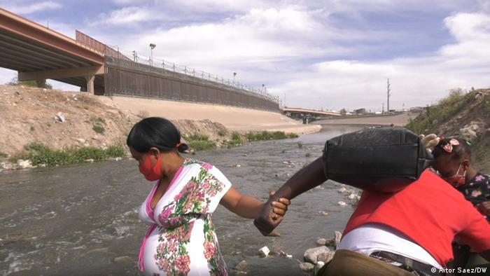 Una familia migrante en la rivera del río Bravo, en la frontera entre México y Estados Unidos.