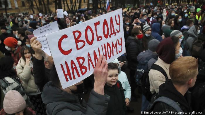 Плакат Свободу Навальному в руках участника акции 21 апреля в Санкт-Петербурге