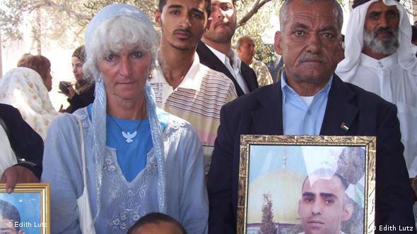 Edith Lutz mit protestierenden Palästinensern, die Familineangehörige in israelischen Gefängnissen haben (vor dem Gebäude des Roten Kreuzes in Gaza), Foto: Edith Lutz