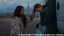 ACHTUNG: Nur zur redaktionellen Verwendung und nur mit vollständiger Nennung des vorstehenden Credits++++++++ Die Regisseurin Chloe Zhao (l) steht mit der Schauspielerin Frances McDormand am Set von Nomadland. Der US-amerikanische Film «Nomadland» der chinesischen Regisseurin Chloé Zhao ist mit vier Auszeichnungen der Gewinner des Abends bei den als Baftas bekannten Britischen Filmpreisen. +++ dpa-Bildfunk +++