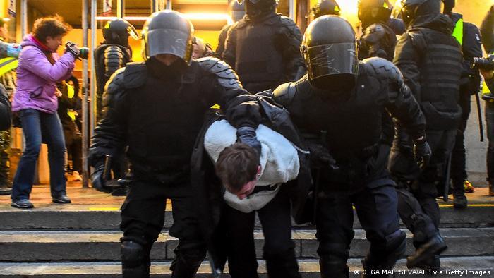 Полиция во время протестов 21 апреля в Санкт-Петербурге
