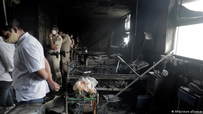 جمعه شب در یک شفاخانه در نزدیکی مومبئی آتشسوزی صورت گرفت. بخش مراقبت عاجل این شفاخانه کاملاْ طعمه حریق شد و ۱۳ بیمار کرونا جان دادند. علت این آتشسوزی هنوز روشن نیست. چنین آتشسوزیهای خطرناک در هندوستان به تکرار صورت میگیرد که معمولاً ناشی از عدم رعایت استندردها و تجهیزات کهنه و تاریخ گذشته است.