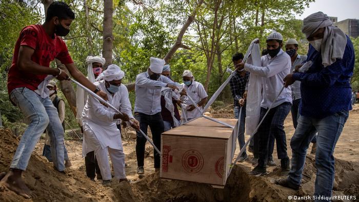 Indien Bildergalerie Coronavirus   Neu Delhi, Begräbnis