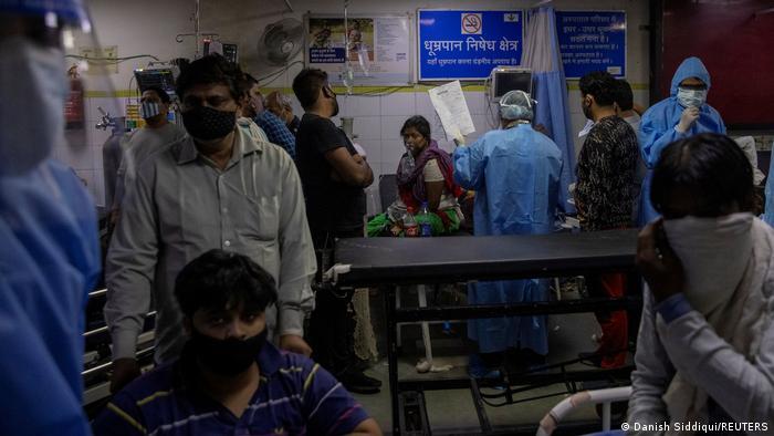 Pacientes aguardam atendimento em hospital lotado em Nova Délhi